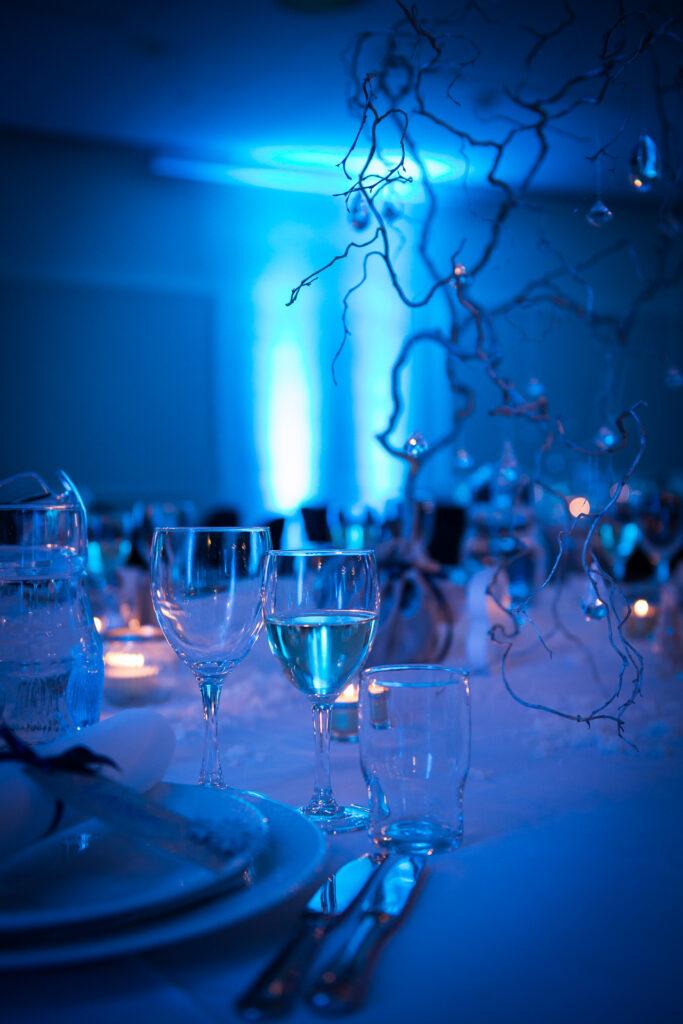 Isblå borddækning