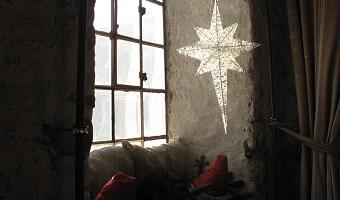 Julestjerne i vindue i Laden