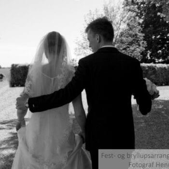 Brud og gom går sammen på bryllupsdagen