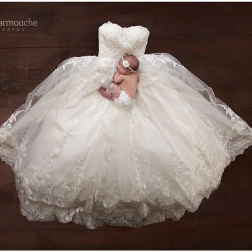 Sovende baby på brudekjole