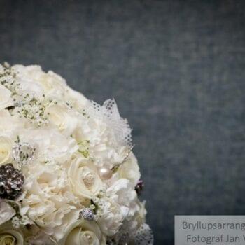Hvid brudebuket med perledetaljer
