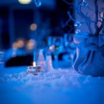 Detaljer fra vinterbryllup med falsk sne på bordene