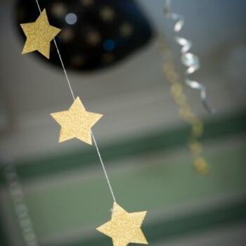 Guirlande med stjerner hænger fra loftet