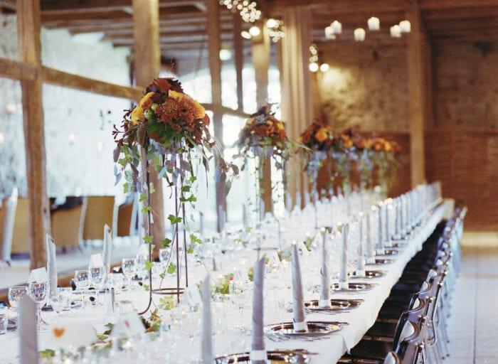 Smukt efterårsbryllup med langbord pyntet med blomster i 1877-Laden
