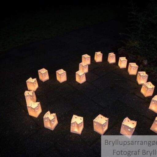 Små lanterner på jorden med levende lys i til bryllup