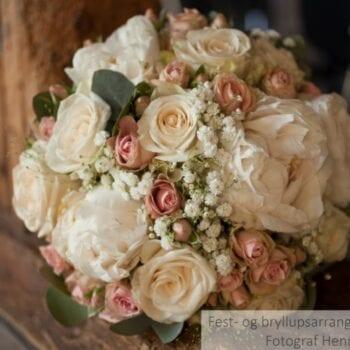 Brudebuket til bryllup med hvide og lyserøde blomster