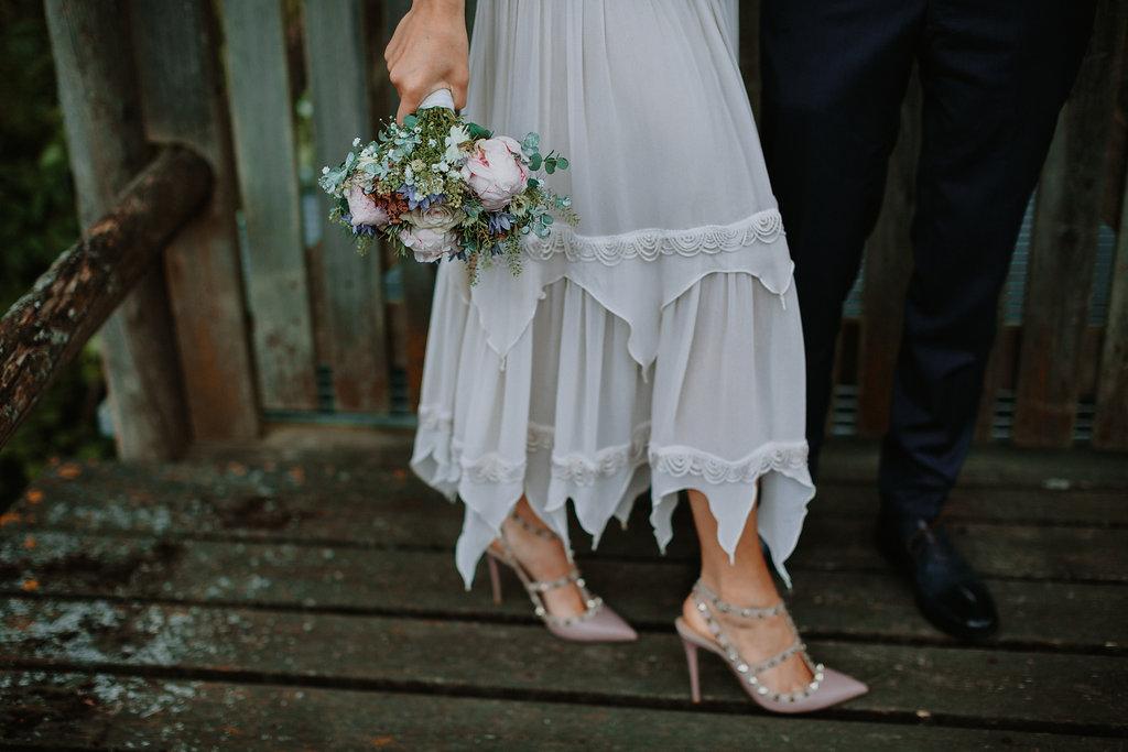 Brudebukket, brudekjole og sko, der matcher