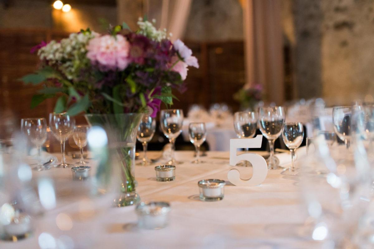 Buket og vinglas på bordet