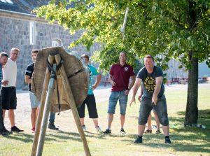 Teambuildingøvelsen øksekast til Highland Games
