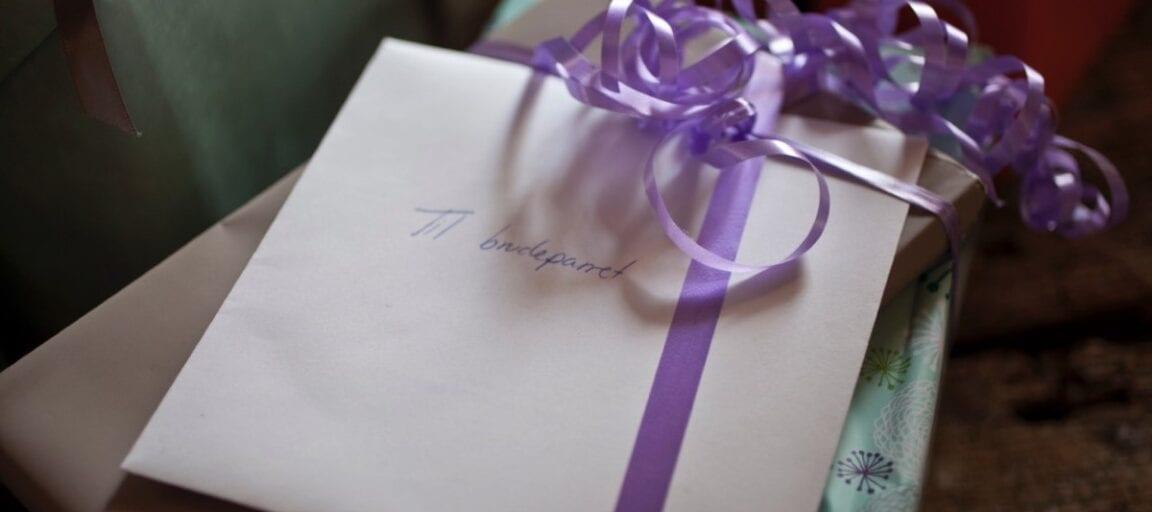 Gave med kort til brudeparret ved bryllup