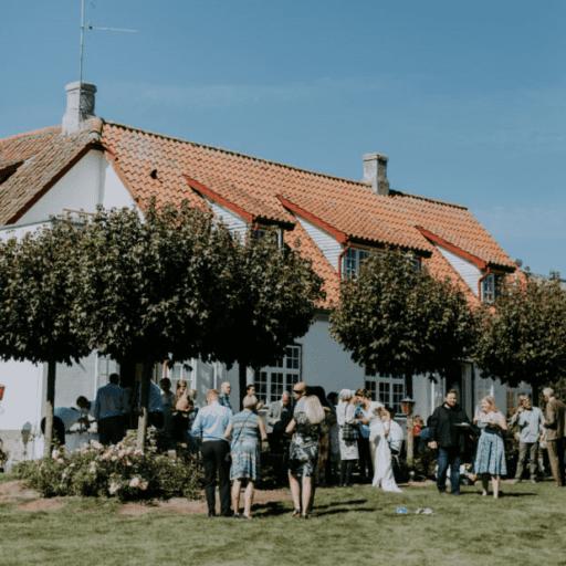 Solrigt bryllup i Kavalerfløjens have