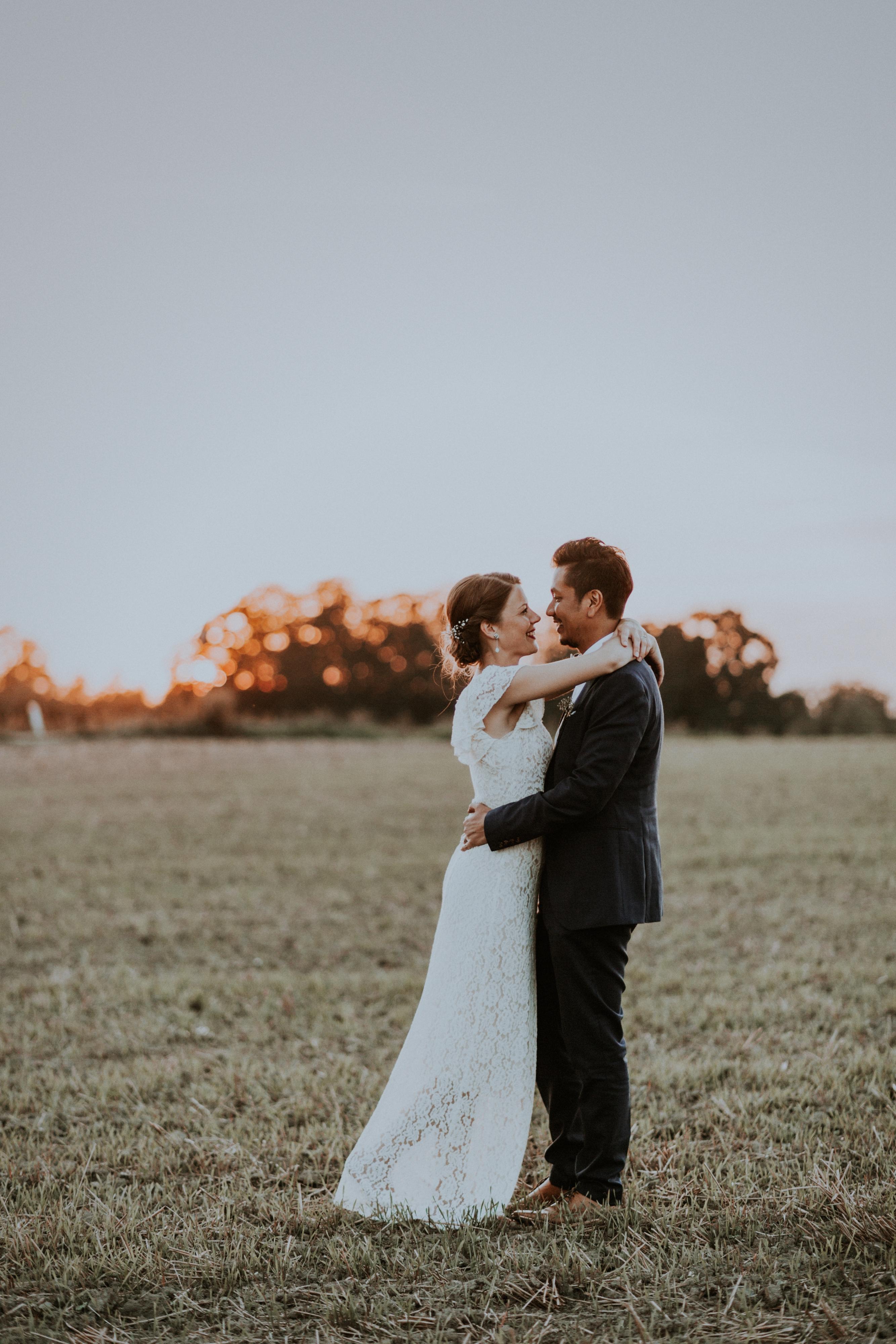Billeder af brudepar i solnedgang
