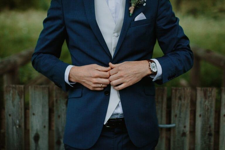 Gom i jakkesæt