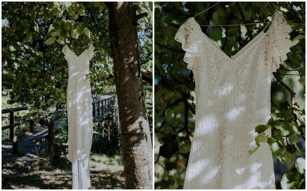 Vintage brudekjole hænger fra et træ i solen