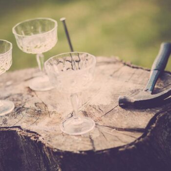 Sømblok som underholdning til brylluppet med champagneglas ved siden af