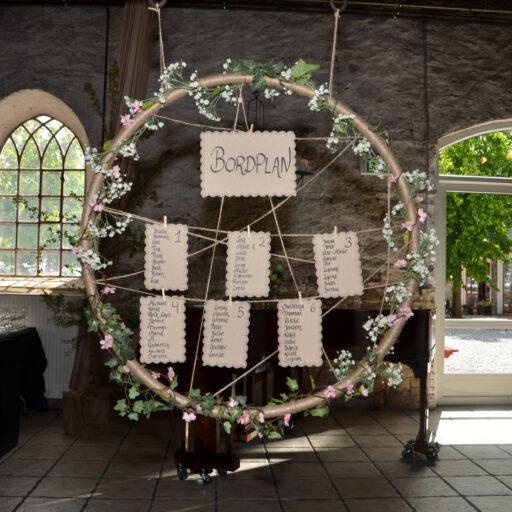 Rustik rund bordplan til bryllup med grene og blomster