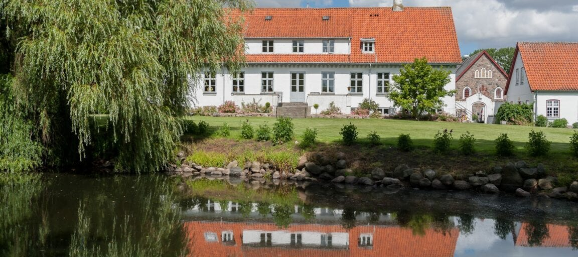 Hovedbygningens park ved Sonnerupgaard Gods med sø og natur