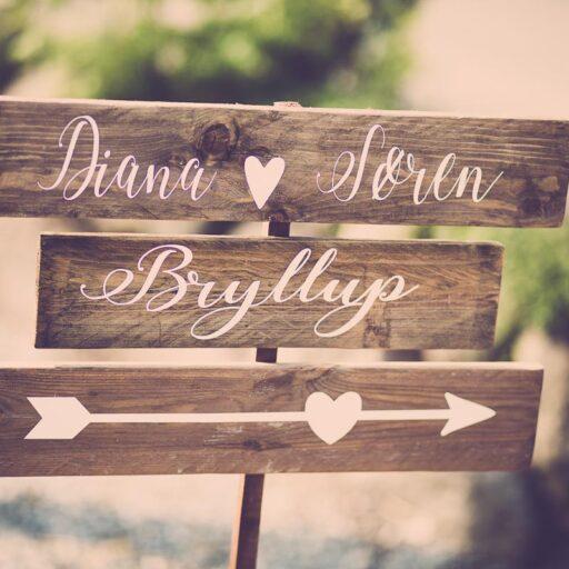 Vejviserskilt til bryllup i træ med hvid maling