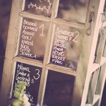 Bordplan til bryllup lavet på gammelt staldvindue