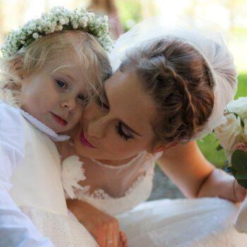 Brud holder sin datter i hånden