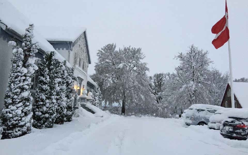 Lygte i gård omgivet af julelandskab