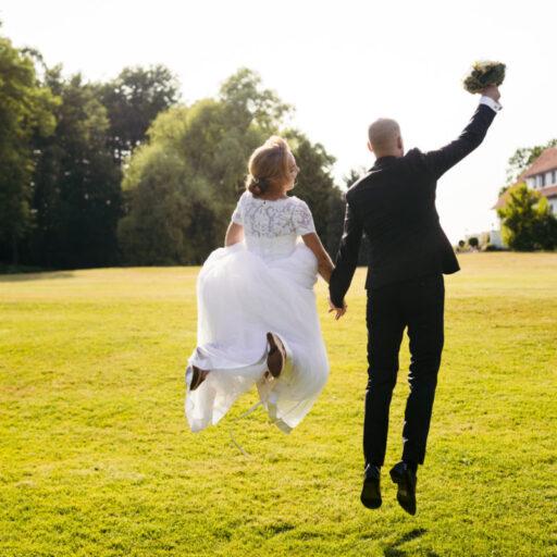 Hoppende brudepar i parken ved Sonnerupgaard Gods