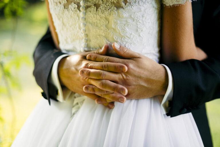 Brudekjole med blonder på ryggen
