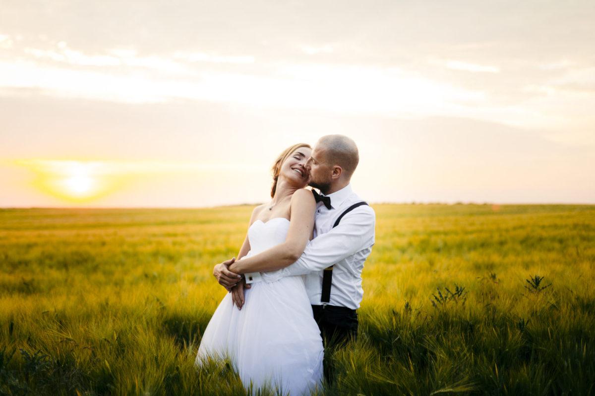 Bryllupsbillede i solnedgang