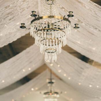 Blondestof og lysekrone i loftet i Festfløjen til bryllup