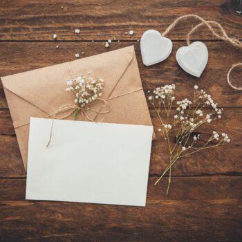 Bryllupsinvitation med træbaggrund