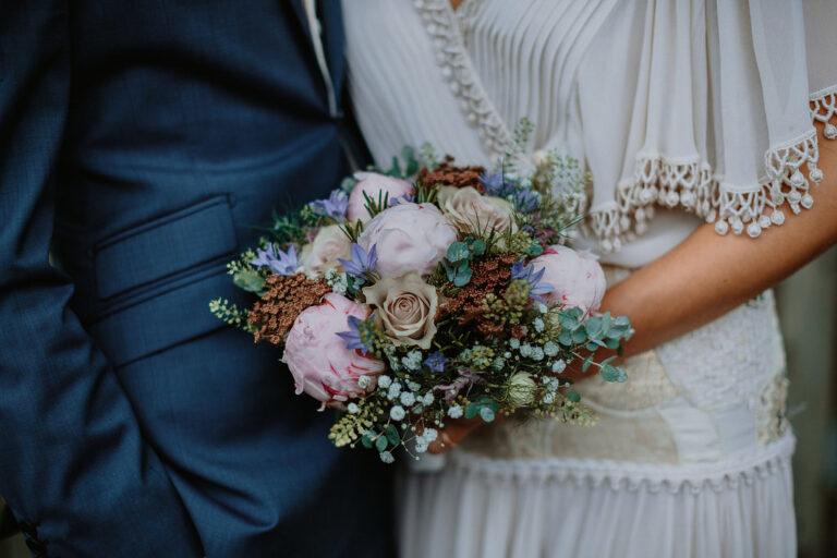 Forårsbrudebuket og vintage brudekjole
