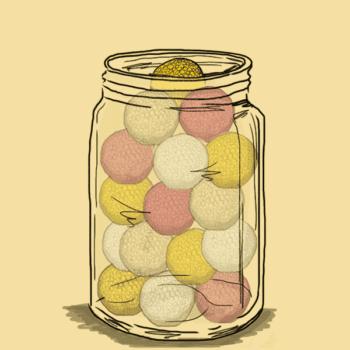 Beholder af glas fyldt med bolde