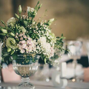 Billede fra forårsbryllup med blomsterbuket på bordet
