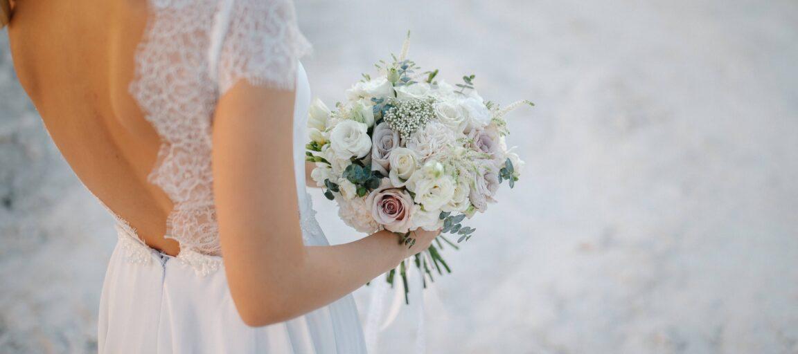 Boho-brud holder om sin brudebuket