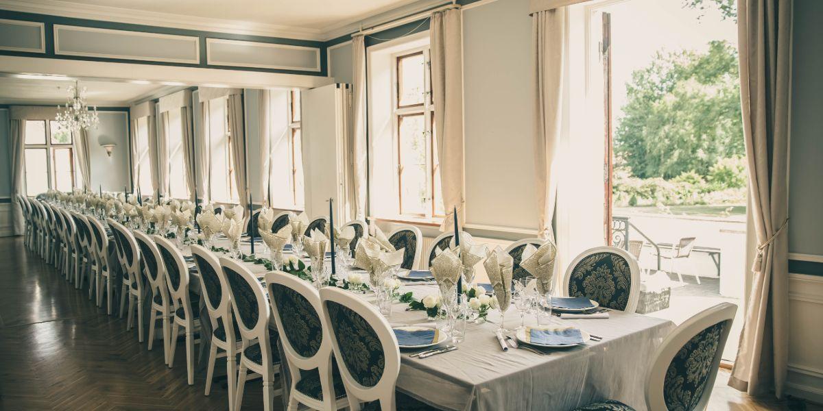 Langbord i Hovedbygningens spisesal i sollys
