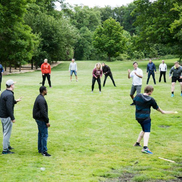 Kolleger spiller rundbold i parken
