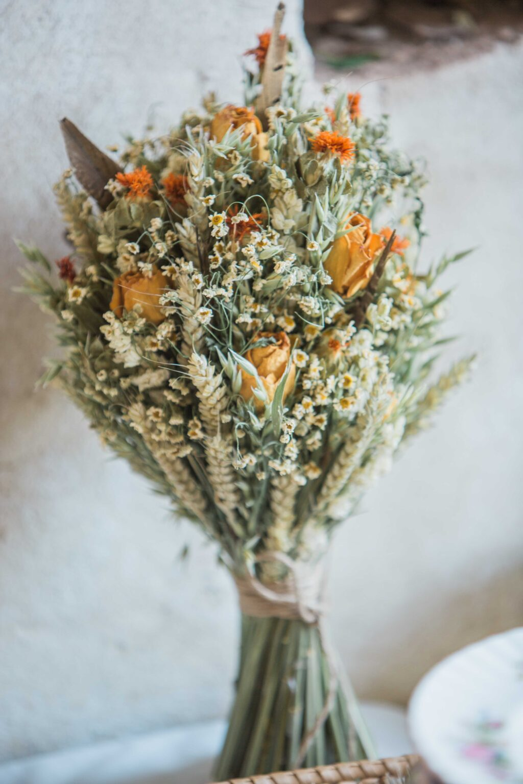 Tørret brudebuket med korn og orange blomster