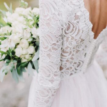 Brudekjole med blondedetaljer og åben ryg