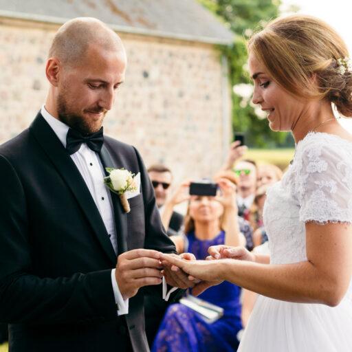 Gom giver sin brud ringen på til udendørs vielsen