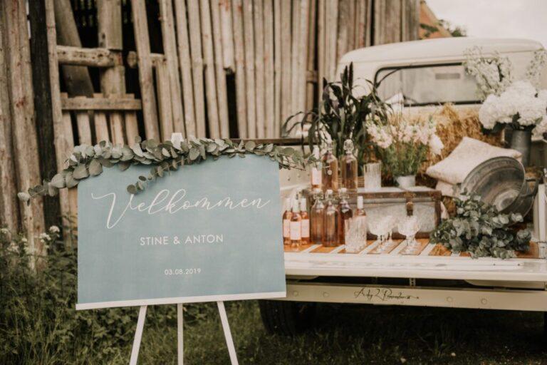 Ladvogn og velkomstskilt til bryllupsreception