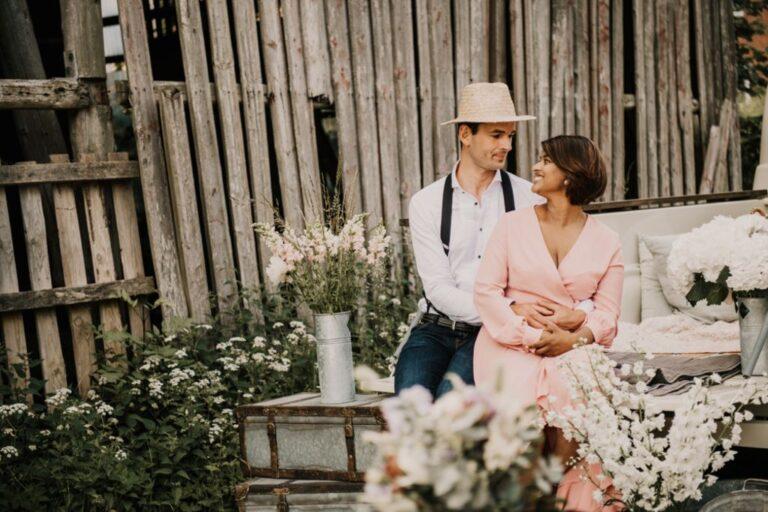 Brudepar i rustikke omgivelser