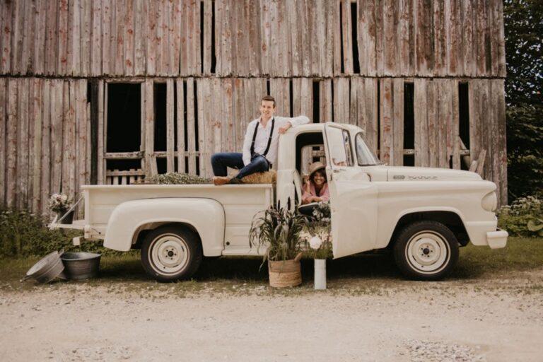 Brudepar med rustik ladvogn foran gammel lade
