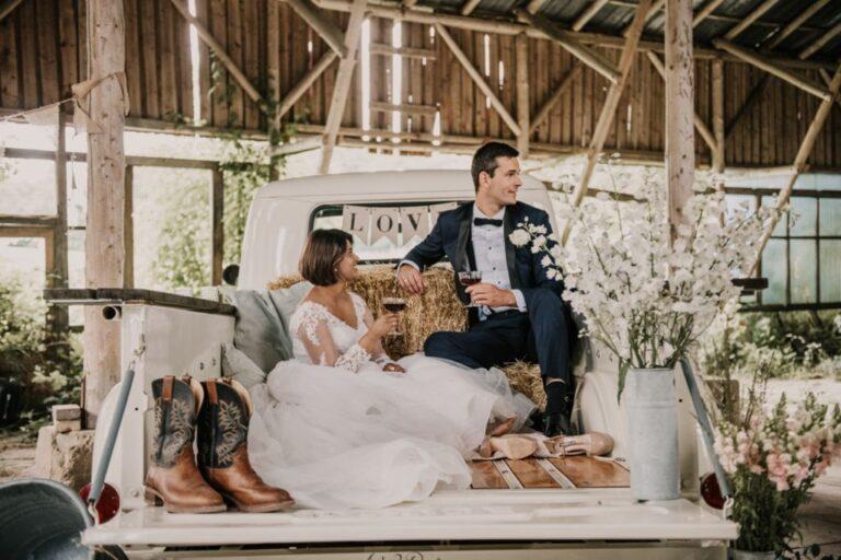 Brudepar i ladvogn med vin