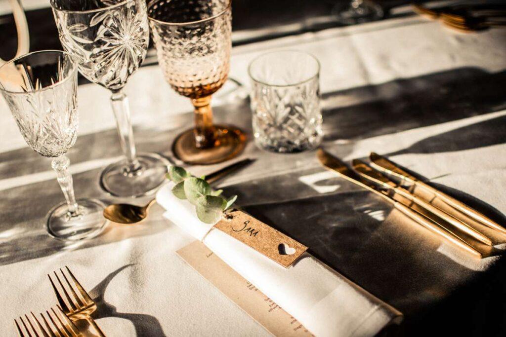 rustikt bordkort i træ til bryllup