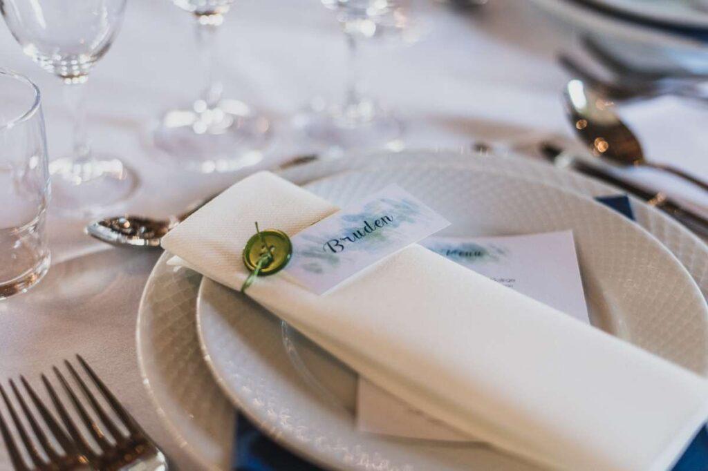 bordkort med knap til bryllup