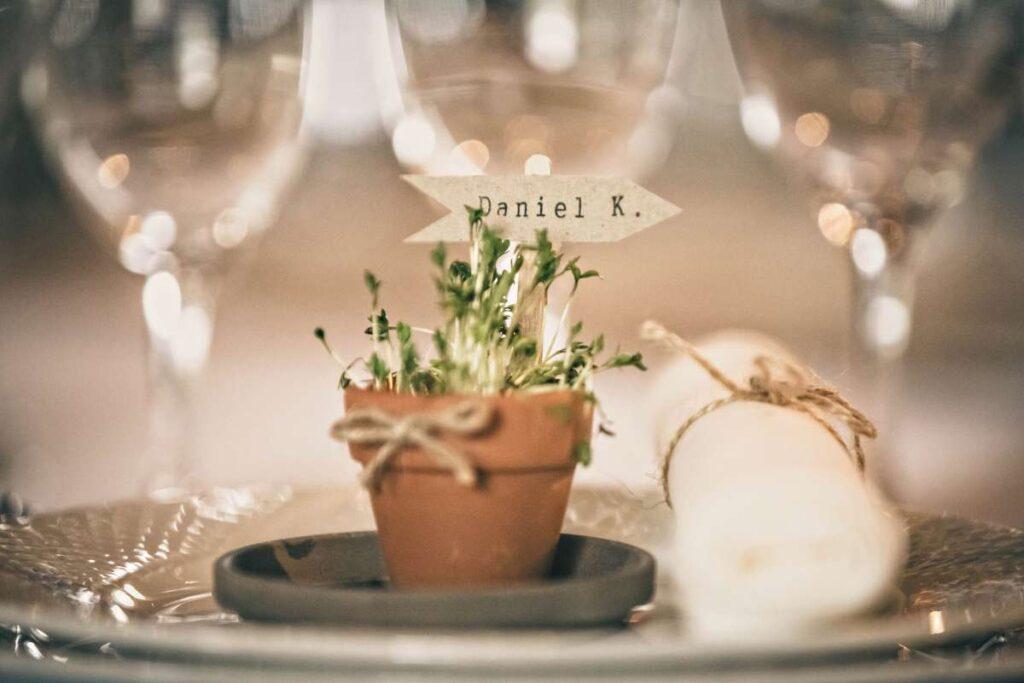 kreativt bordkort med karse til bryllup
