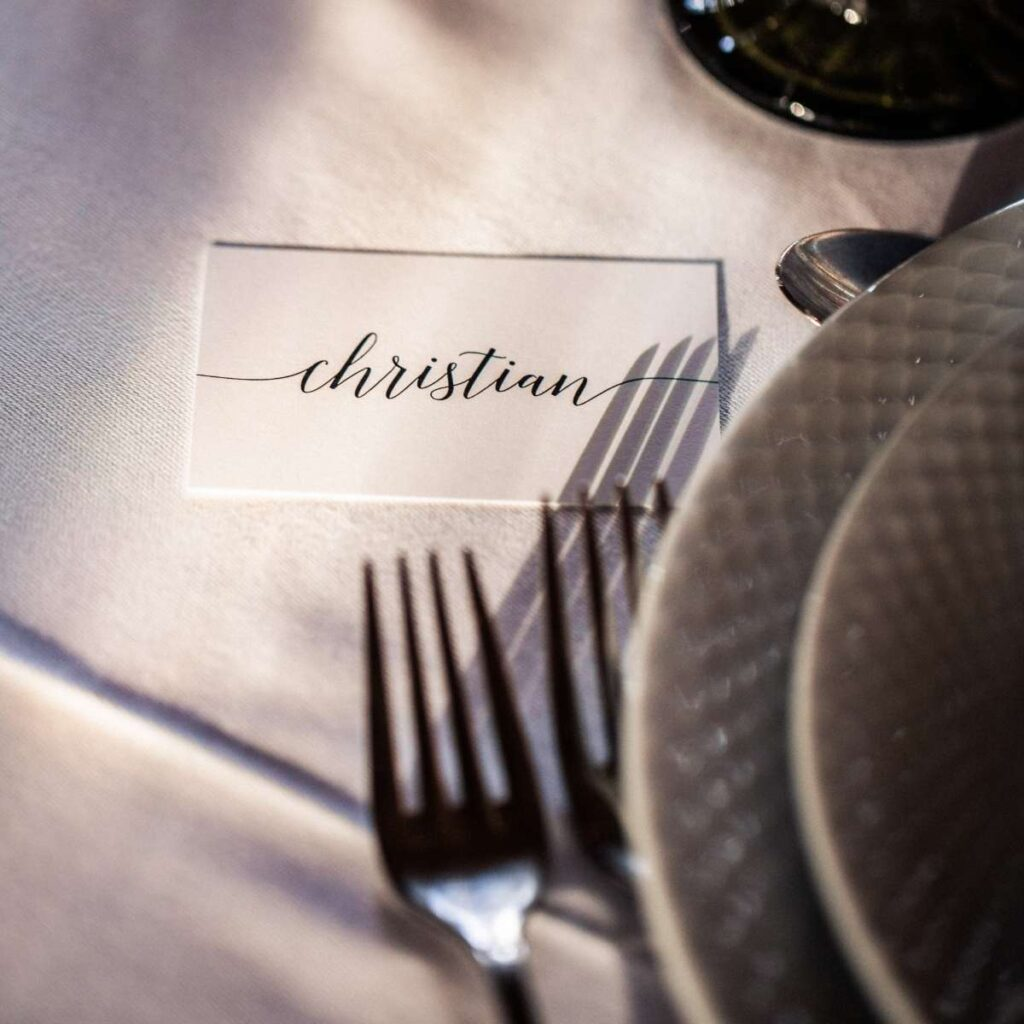 klassisk og simpelt bordkort på kort til bryllup