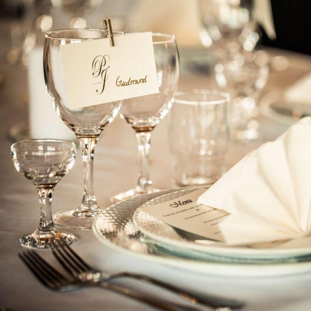 klassisk og simpelt bordkort til bryllup