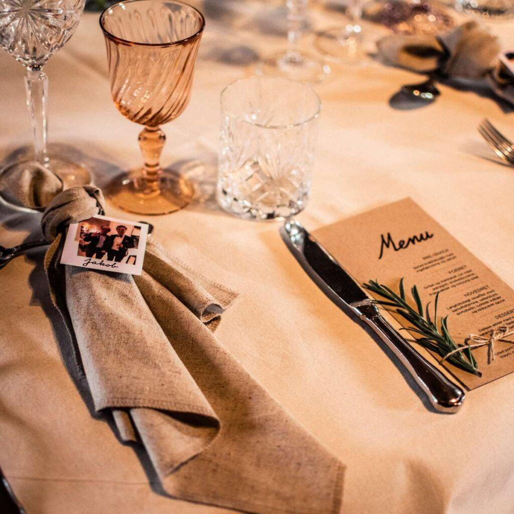 Polaroid bordkort på serviet til bryllup