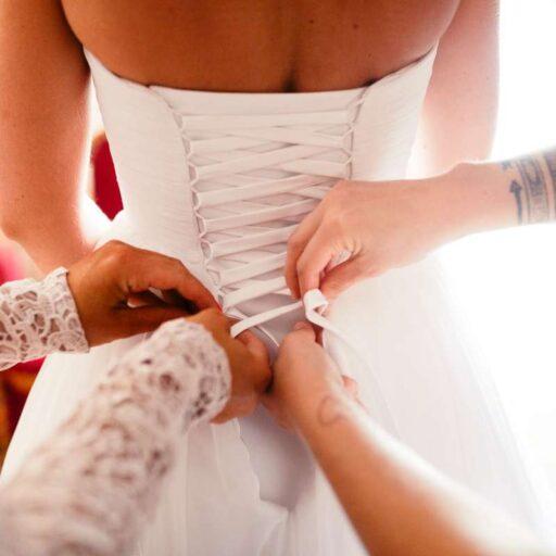 Hvid brudekjole med snørre på ryggen
